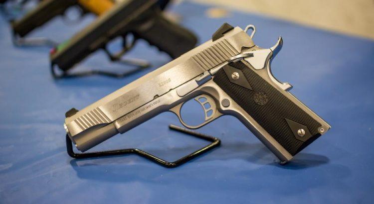 Ausgestellte Waffen - (C) jasongillman CC0 via Pixabay.de