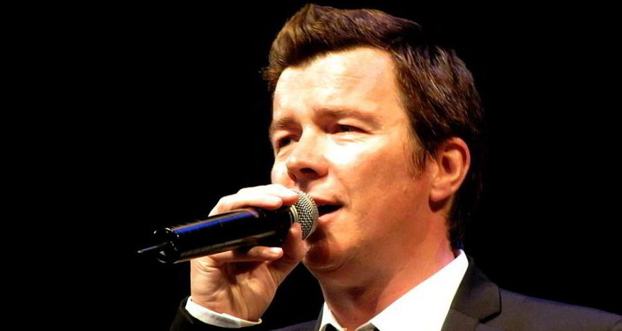 "Rick Astley im ""Tivoli"" Kopenhagen im Jahr 2009 - By Michael Alø-Nielsen (originally posted to Flickr as Rick Astley) [CC BY 2.0 (http://creativecommons.org/licenses/by/2.0)], via Wikimedia Commons"