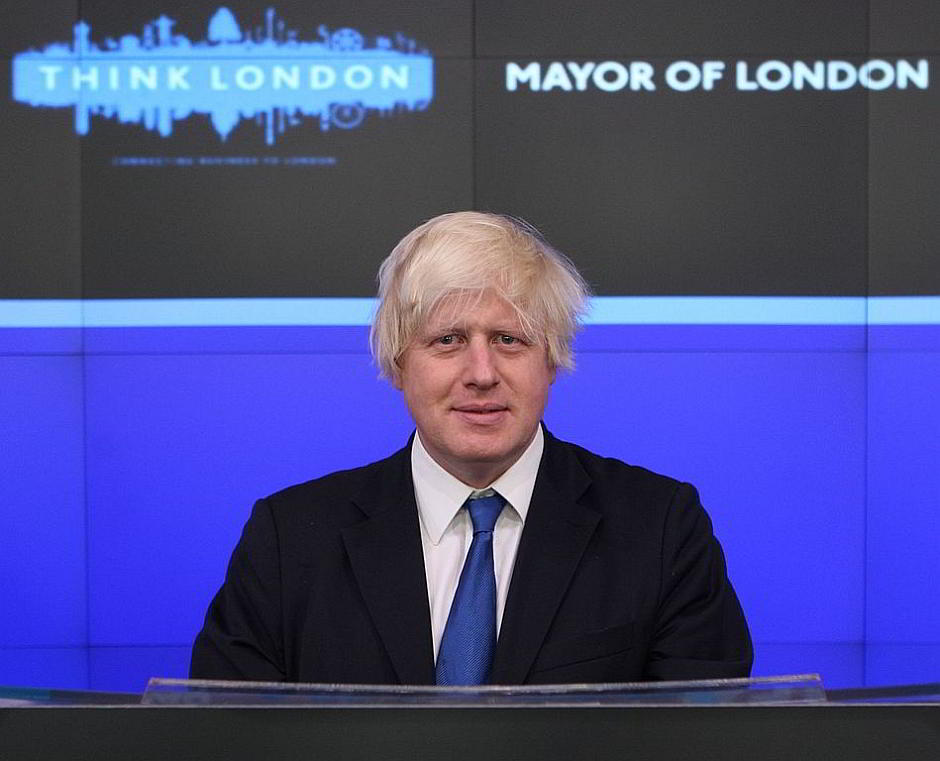 Boris Johnson an der NASDAQ 2009 - von Boris Johnson -opening bell at NASDAQ-14Sept2009.jpg: Think London derivative work: Snowmanradio (Diskussion) [CC BY 2.0 (http://creativecommons.org/licenses/by/2.0)], via Wikimedia Commons
