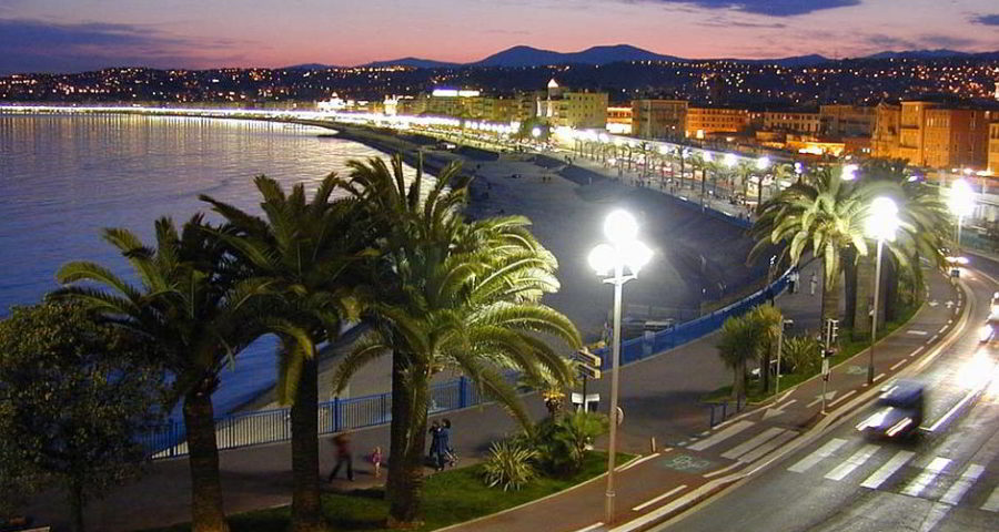 Strandpromenade von Nizza - By W. M. Connolley (Own work) [GFDL (http://www.gnu.org/copyleft/fdl.html) or CC-BY-SA-3.0 (http://creativecommons.org/licenses/by-sa/3.0/)], via Wikimedia Commons