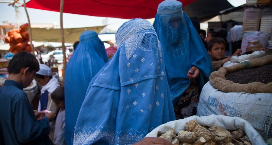 Frauen mit Burka - Institute for Money, Technology and Financial Inclusion - (Buying the dry goods market) [CC BY-SA 2.0 (http://creativecommons.org/licenses/by-sa/2.0)], via Wikimedia Commons