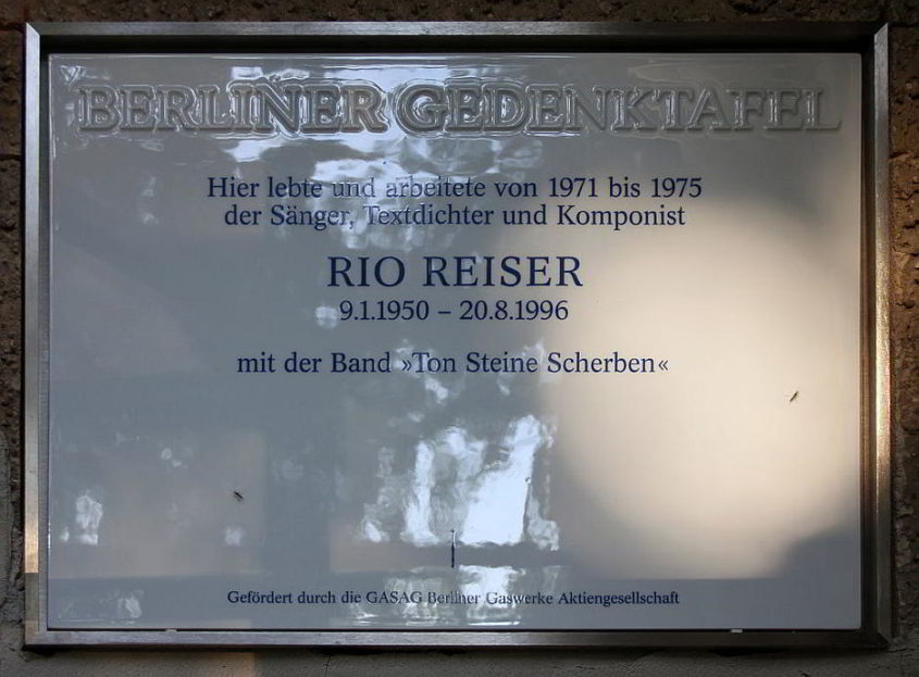 Berliner Gedenktafel, Rio Reiser, Tempelhofer Ufer 32, Berlin-Kreuzberg, Deutschland - By OTFW, Berlin (Self-photographed) [GFDL (http://www.gnu.org/copyleft/fdl.html) or CC BY-SA 3.0 (http://creativecommons.org/licenses/by-sa/3.0)], via Wikimedia Commons
