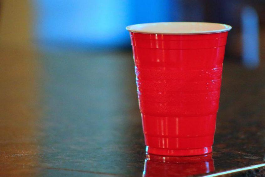 Roter Plastik-Becher - (C) DodgertonSkillhause CCo via morguefile,com http://morguefile.com/p/988006