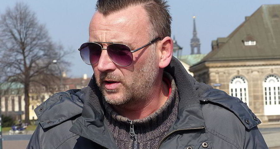 Lutz Bachmann (* 1973), deutscher politischer Aktivist, seit 2014 Vorsitzender der PEGIDA (hier bei einer PEGIDA-Aktion in Dresden) - von https://www.flickr.com/photos/95213174@N08 (Lutz Bachmann auf flickr) [CC BY-SA 2.0 (http://creativecommons.org/licenses/by-sa/2.0)], via Wikimedia Commons