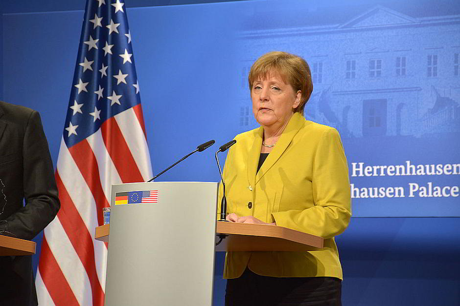 Angela Merkel im April 2016 im Schloss Herrenhausen in Hannover anlässlich eines Besuchs von Barrack Obama - von WDKrause (Eigenes Werk) [CC BY-SA 4.0 (http://creativecommons.org/licenses/by-sa/4.0)], via Wikimedia Commons