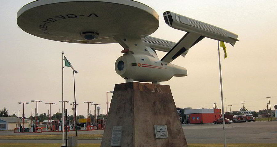 "Die Skulptur der alten ""USS-Enterprise"" aus ""Star Trek"" in Vulcan, Alberta - By dave_7 (Flickr) [CC BY-SA 2.0 (http://creativecommons.org/licenses/by-sa/2.0)], via Wikimedia Commons"