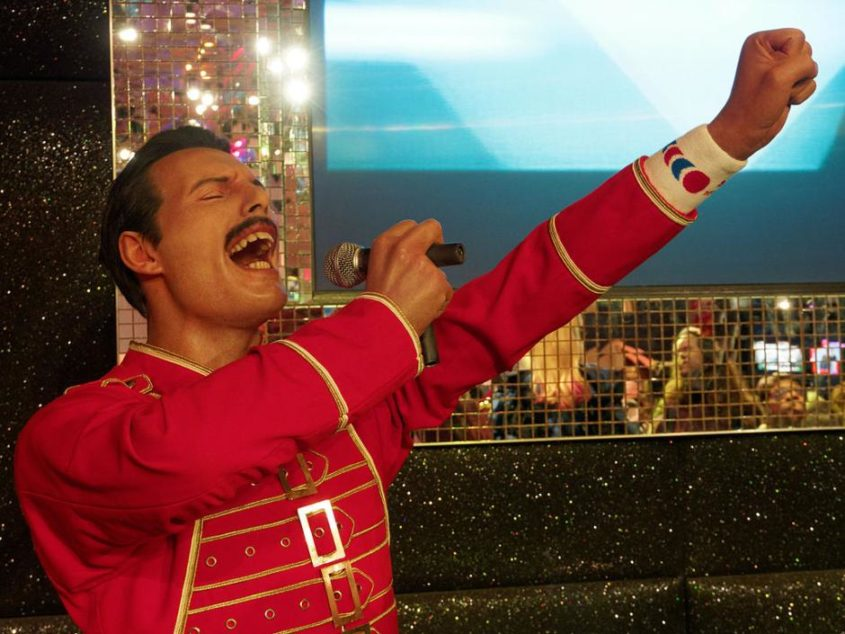 Freddie Mercury im Wachsfigurenkabinett von Madame Tussauds - von Denis Bourez from France (Madame Tussauds, London Uploaded by SunOfErat) [CC BY 2.0 (http://creativecommons.org/licenses/by/2.0)], via Wikimedia Commons