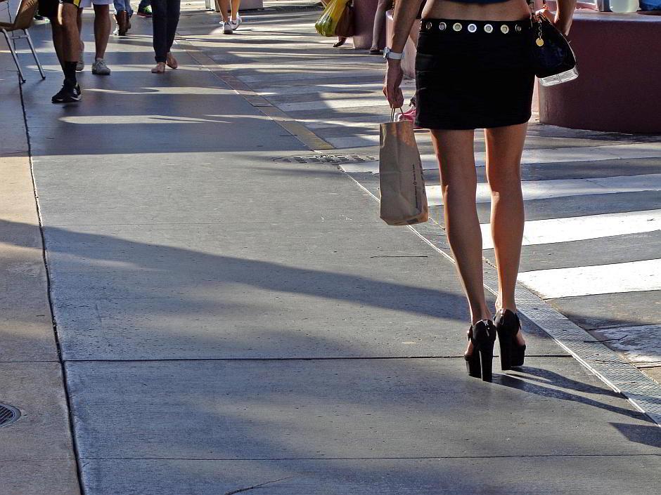 Frau im Minirock - (C) JessicaGale CC0 via morguefile.com