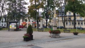 Marktplatz Oberwiesenthal mit Postdistanzsäule