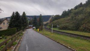 Siedlung an der Fichtelberg-Bahn mit Blick auf die Schanzen und den Fichtelberg
