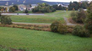 Blick über Oberwiesenthal: Gerade hin ist der zentrale Parkplatz zu sehen, links geht es nach Unterwiesenthal und Hammerunterwiesenthal, rechts ins Stadtzentrum