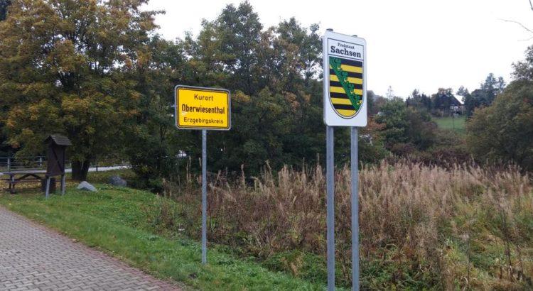Ortseingang Kurort Oberwiesenthal am deutsch-tschechischen Fußgänger-Grenzübergang