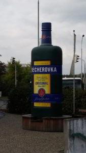 Becherovka - der berühmte Karlsbader Becherbitter ziert die Straßen