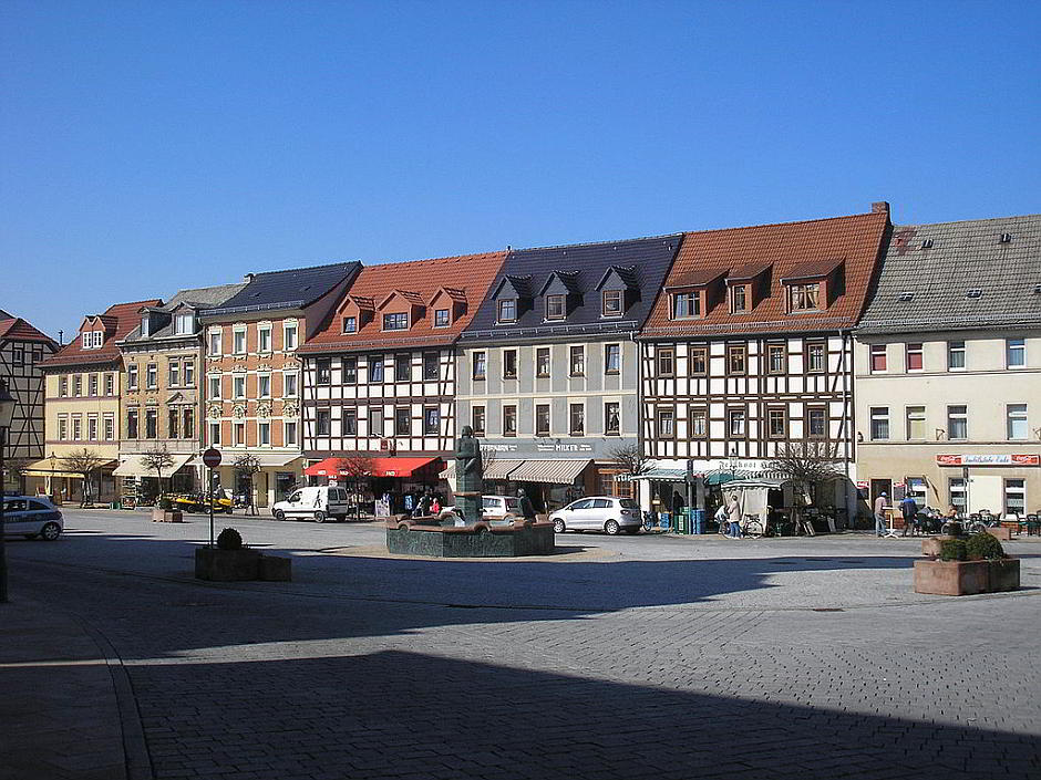 Der Marktplatz von Schmölln - Michael Sander at the German language Wikipedia [GFDL (http://www.gnu.org/copyleft/fdl.html) or CC-BY-SA-2.0 (http://creativecommons.org/licenses/by-sa/2.0/)], via Wikimedia Commons