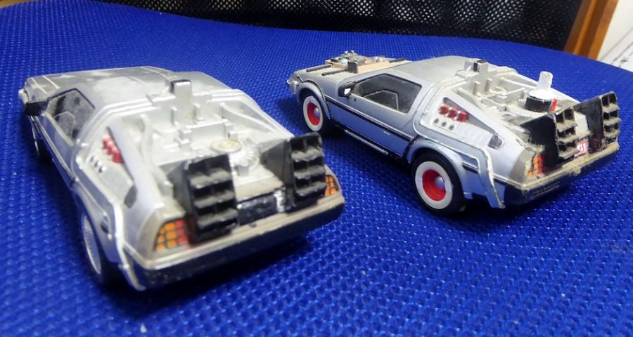 """DeLorean aus """"Zurück in die Zukunft"""" - By Tokumeigakarinoaoshima (Own work) [CC BY-SA 4.0 (http://creativecommons.org/licenses/by-sa/4.0)], via Wikimedia Commons"""