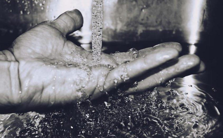 Eine Hand, die Wasser auffängt - (C) Pexels CC0 via Pixabay.de