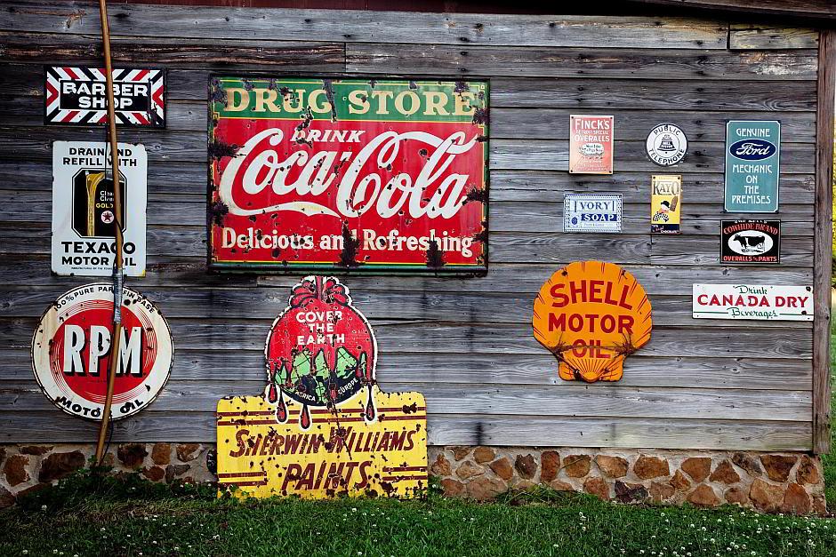 Werbung an einer Holzfassade - (C) Falkenpost CC0 via Pixabay.de