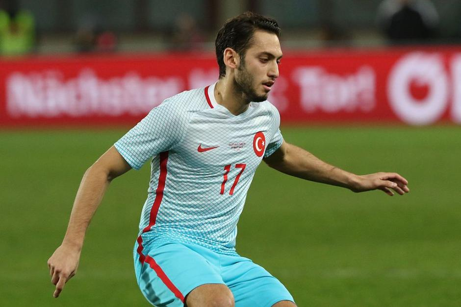 Hakan Calhanoglu in der türkischen Nationalmannschaft - von Steindy (Diskussion) 10:15, 11 April 2016 (UTC) (Eigenes Werk) [CC BY-SA 3.0 (http://creativecommons.org/licenses/by-sa/3.0)], via Wikimedia Commons