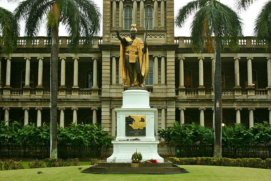 Statue von König Kamehameha I. in Honolulu, Hawaii - By Balazs Barnucz (Own work) [CC BY-SA 3.0 (http://creativecommons.org/licenses/by-sa/3.0)], via Wikimedia Commons