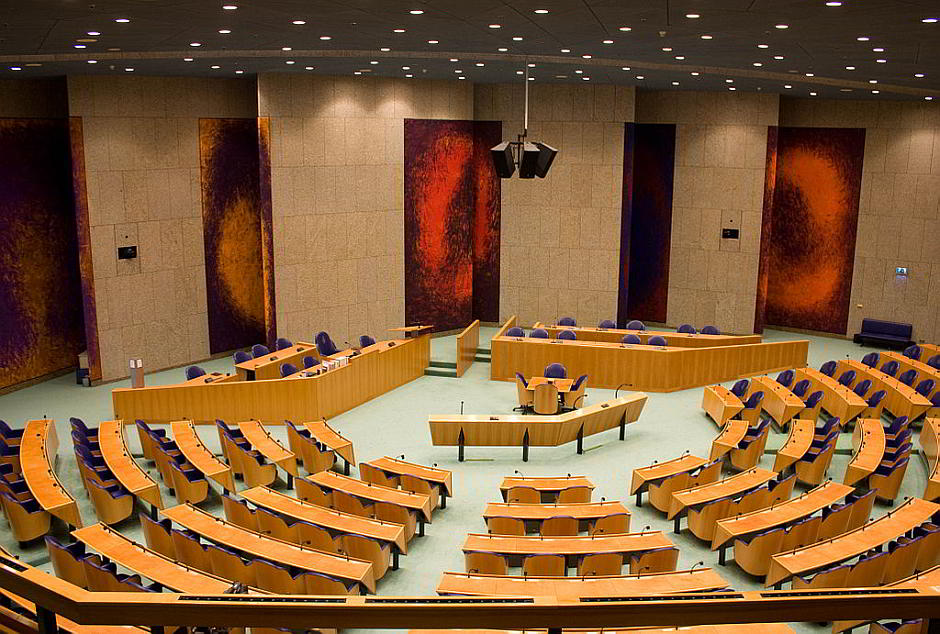 Die Tweede Kamer, das Parlament der Niederlande - By -JvL- (Flickr: Open Monumenten Dag 2010) [CC BY 2.0 (http://creativecommons.org/licenses/by/2.0)], via Wikimedia Commons