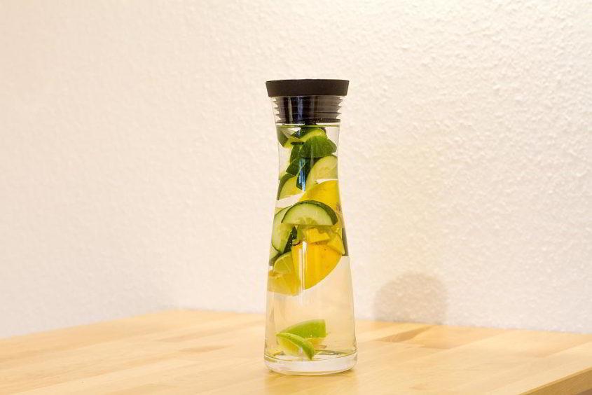 Karaffe mit Wasser und Früchten - (C) DominikSchraudolf CC0 via Pixabay.de
