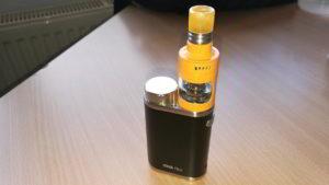 Der iStick Pico mit einem orangen Cubis Pro Verdampfer