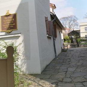 Am Museumseingang vom Schillerhaus in Gohlis-Süd