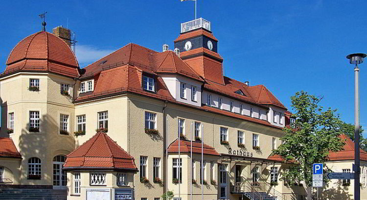 Das Rathaus von Markkleeberg - By Joeb07 (Own work) [GFDL (http://www.gnu.org/copyleft/fdl.html) or CC BY 3.0 (http://creativecommons.org/licenses/by/3.0)], via Wikimedia Commons