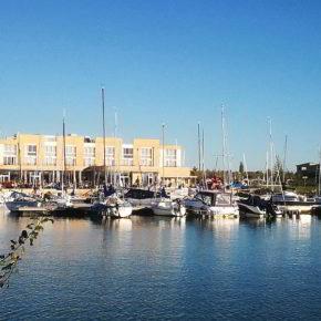 Sportboot-Hafen mit Blick auf Lagovida