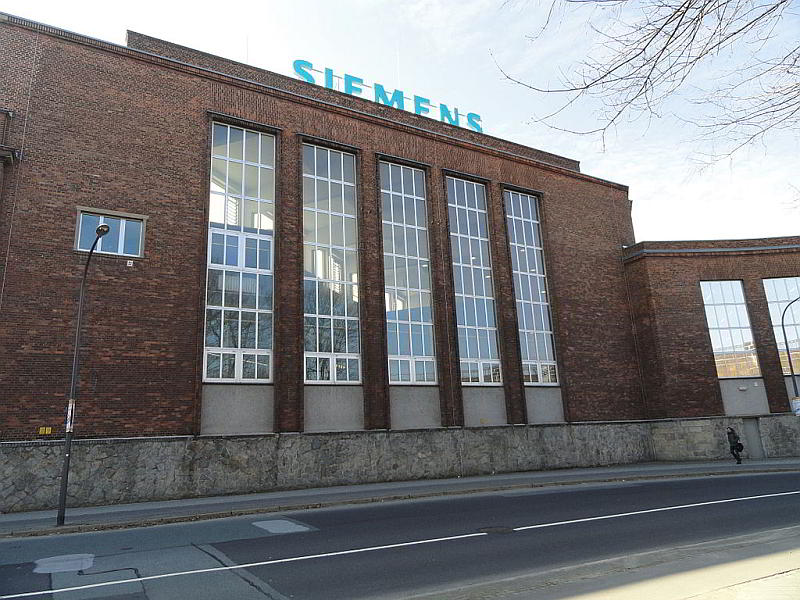 Fassade des Siemens Dampfturbinenwerks an der Lutherstraße in Görlitz - By Südstädter (Own work) [CC BY-SA 3.0 (https://creativecommons.org/licenses/by-sa/3.0)], via Wikimedia Commons