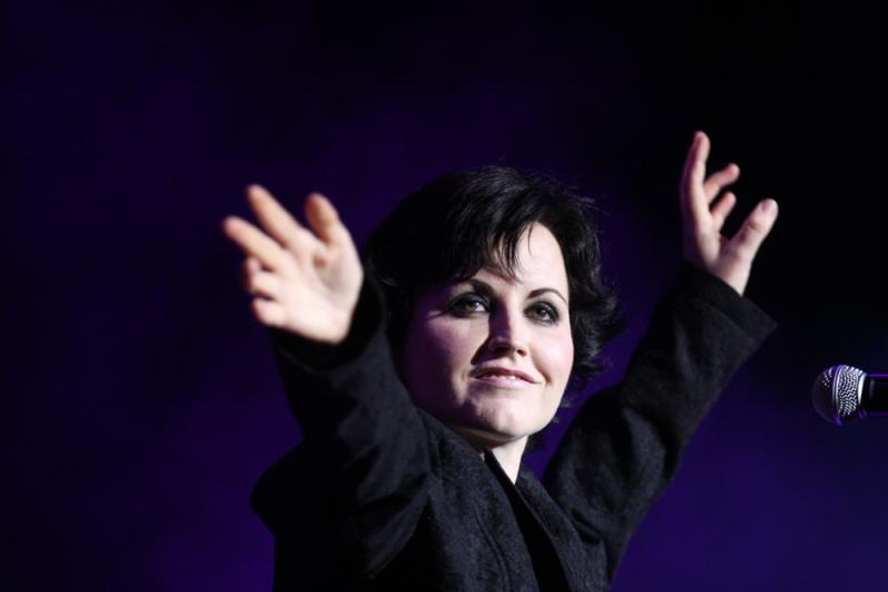 Dolores O'Riordan, Sängerin der Band The Cranberries, im Jahr 2012 - Eva Rinaldi [CC BY-SA 2.0 (https://creativecommons.org/licenses/by-sa/2.0)], via Wikimedia Commons