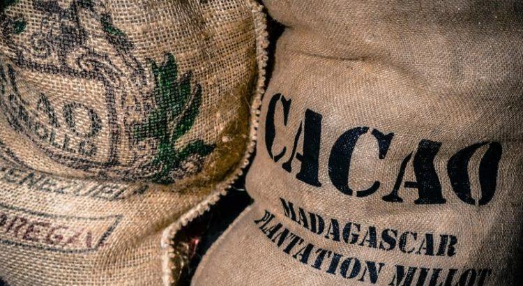 Ein Sack Fair Trade Kakao - (C) Skitterphoto CC0 via Pixabay.com - https://pixabay.com/de/beutel-kakao-fair-trade-2608928/