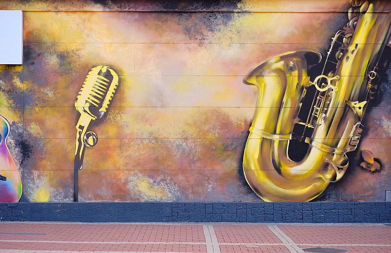 Saxophon - (C) htomek CC0 via Pixabay.de - https://pixabay.com/de/farbe-stra%C3%9Fe-wand-graffiti-musik-2710975/