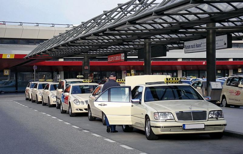Fliegende Taxis werden sie ablösen: Die Taxis vorm Flughafen Berlin Tegel - By Matti Blume, MB-one (Own work) [CC BY-SA 2.0 de (https://creativecommons.org/licenses/by-sa/2.0/de/deed.en), GFDL (http://www.gnu.org/copyleft/fdl.html) or CC-BY-SA-3.0 (http://creativecommons.org/licenses/by-sa/3.0/)], via Wikimedia Commons