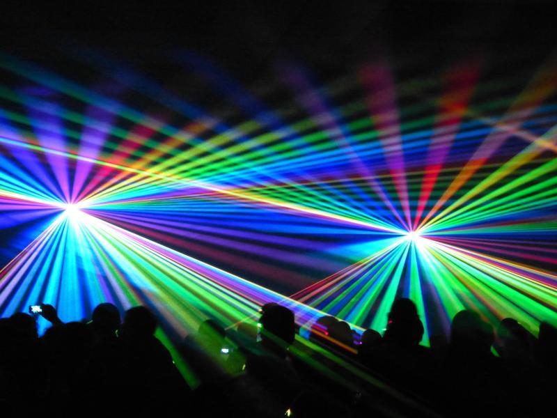 """Eine Lasershow, wie sie zu Lambda's """"Hold on tight"""" passen könnte - (C) LoggaWiggle CC0 via Pixabay.com - https://pixabay.com/de/laser-show-lasershow-bunt-farbig-288611/"""