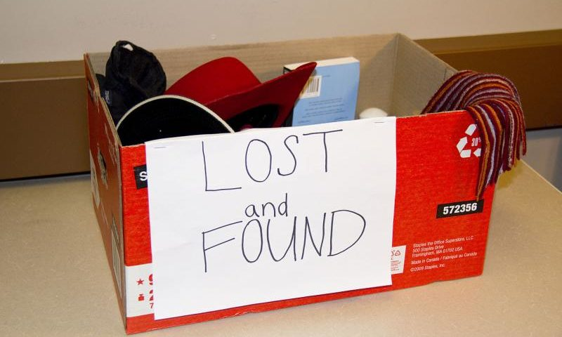 Fundsachen - Lost and found - By Paul Gorbould (Lost and Found Box) [CC BY 2.0 (http://creativecommons.org/licenses/by/2.0)], via Wikimedia Commons