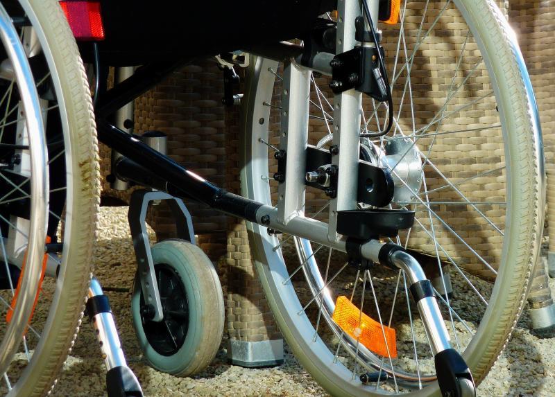 Pflege: Ein Rollstuhl - (C) moritz320 CC0 via Pixabay.com - https://pixabay.com/de/behindert-behinderter-mensch-1274655/
