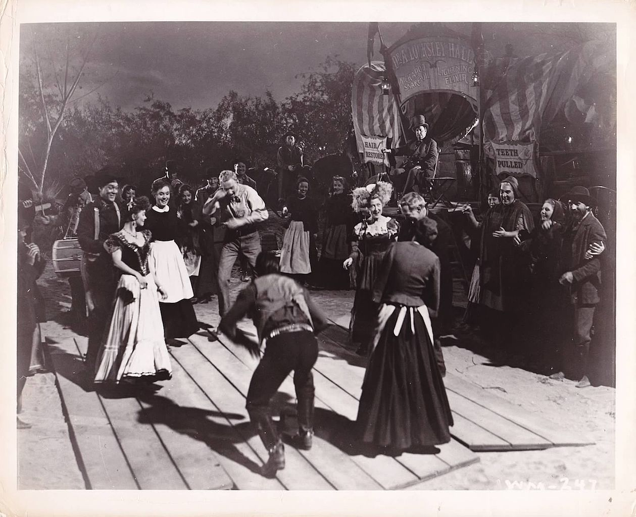 "Square Dance: Szene aus dem Film ""Wagon Master"" - By Copyright RKO Radio Pictures, Inc.; photographer unknown. [Public domain], via Wikimedia Commons"