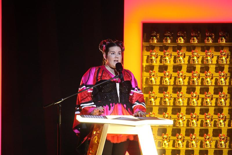 "Netta Barzilai mit ihrem Siegertitel ""Toy"" beim Eurovision Song Contest - von Dewayne Barkley, EuroVisionary [CC BY-SA 4.0 (https://creativecommons.org/licenses/by-sa/4.0)], via Wikimedia Commons"