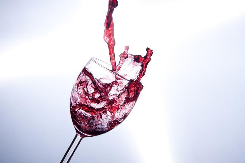 Red red wine - (C) minka2507 CC0 via Pixabay.com - https://pixabay.com/de/weinglas-rotwein-genu%C3%9F-eingie%C3%9Fen-2580603/