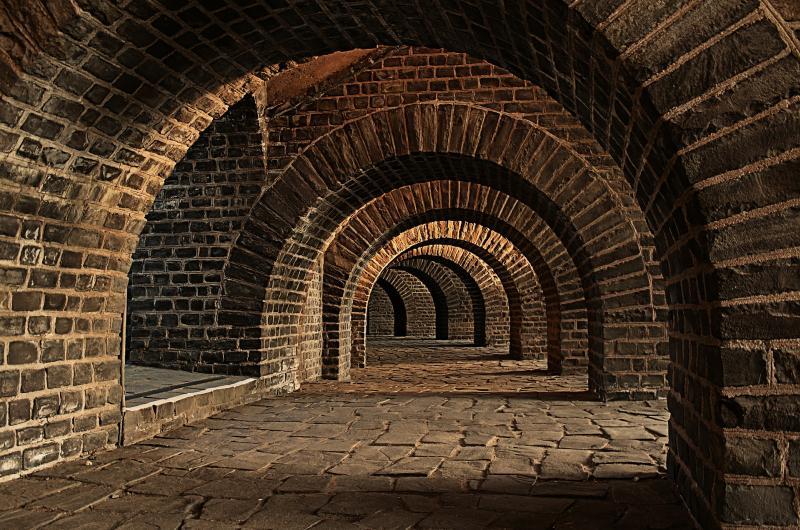 Ein Keller - (C) 132369 CC0 via Pixabay.com - https://pixabay.com/de/kellergew%C3%B6lbe-tunnel-b%C3%B6gen-keller-247391/