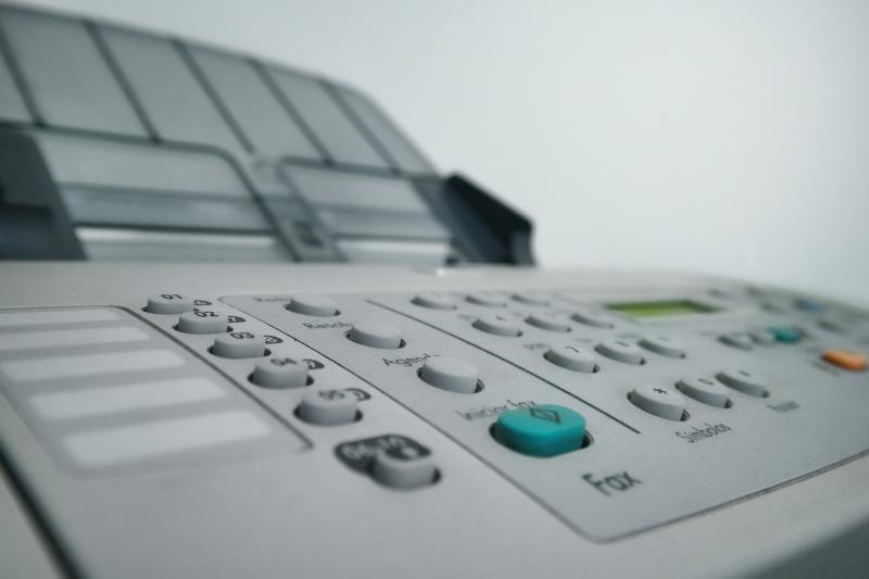 Ein Fax-Gerät - (C) KlausAires CC0 via Pixabay.com - https://pixabay.com/de/drucker-b%C3%BCro-fax-kopierger%C3%A4t-druck-958139/