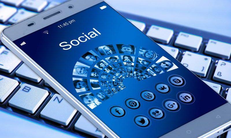 Social Media auf dem Smartphone, MeWe noch nicht dabei - Geralt Altmann CC0 via Pixabay.com