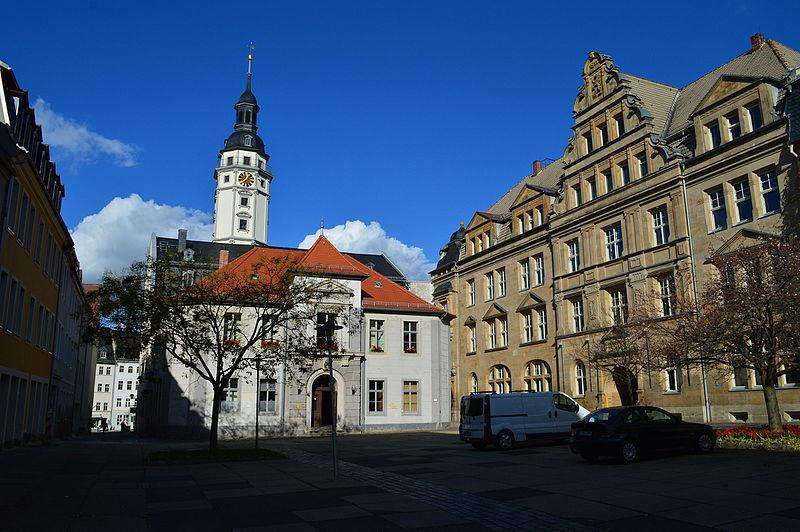 Der Kornmarkt in Gera mit Rathaus - Steffen Löwe [CC BY-SA 4.0 (https://creativecommons.org/licenses/by-sa/4.0)] - via Wikipedia