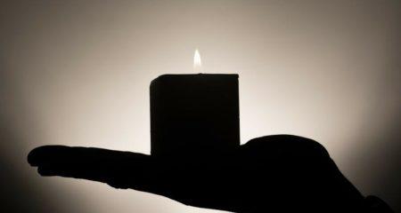 Come and leave a light on for me - Eine Kerze - (C) kloxklox_com - Pixabay-Lizenz> - via Pixabay.com